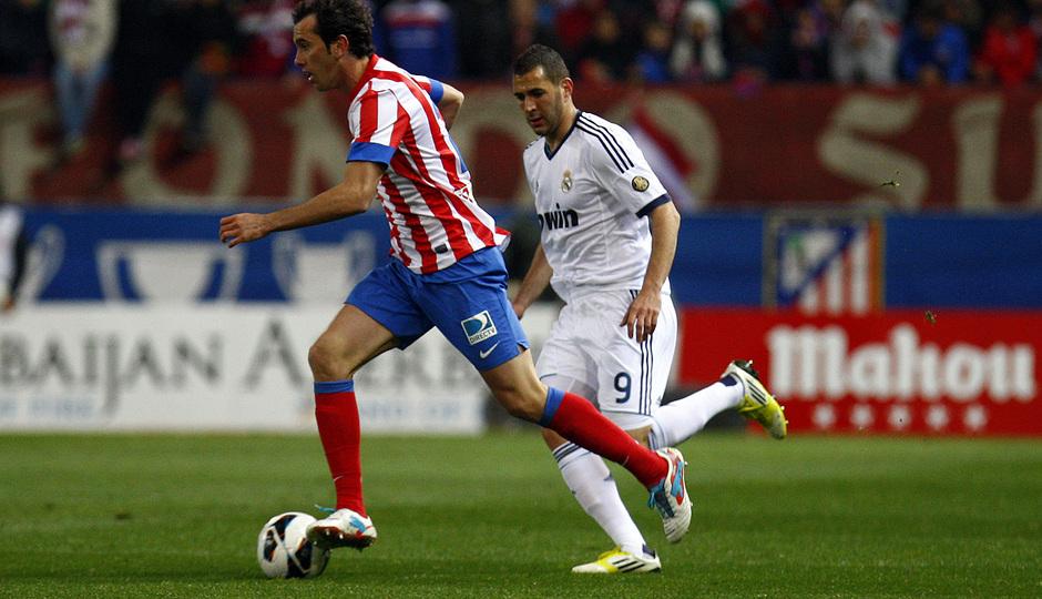 Temporada 12/13. Partido Atlético de Madrid Real Madrid.Godín con el balón