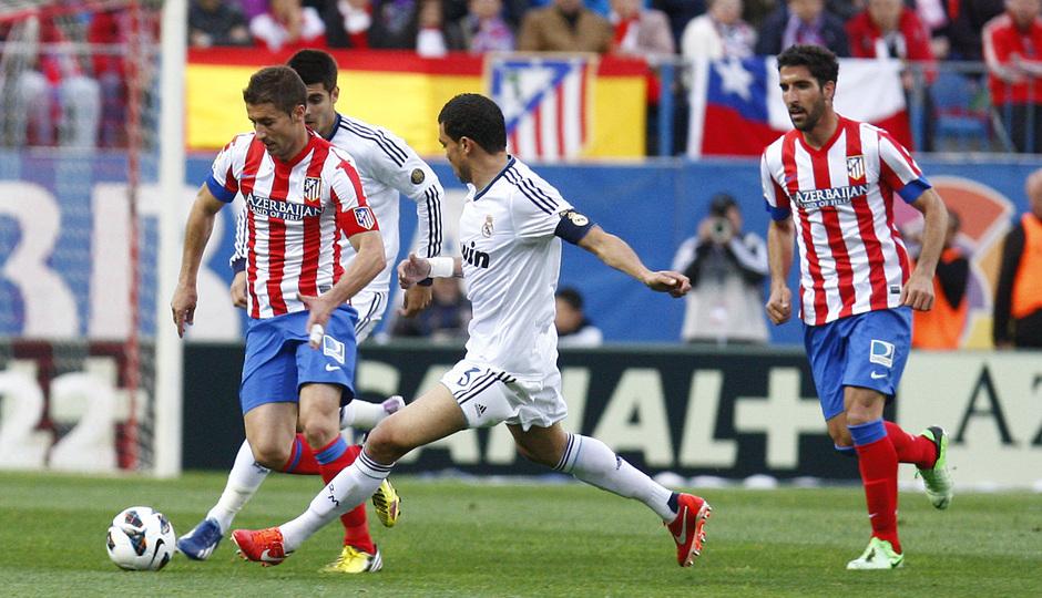 Temporada 12/13. Partido Atlético de Madrid Real Madrid.Gabi con el balón
