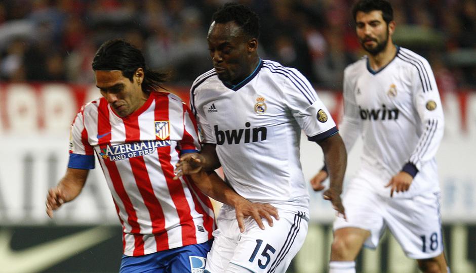 Temporada 12/13. Partido Atlético de Madrid Real Madrid.Falcao luchando un balón con Essien