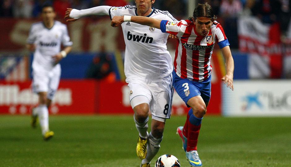 Temporada 12/13. Partido Atlético de Madrid Real Madrid.Filipe luchando un balón con Essien