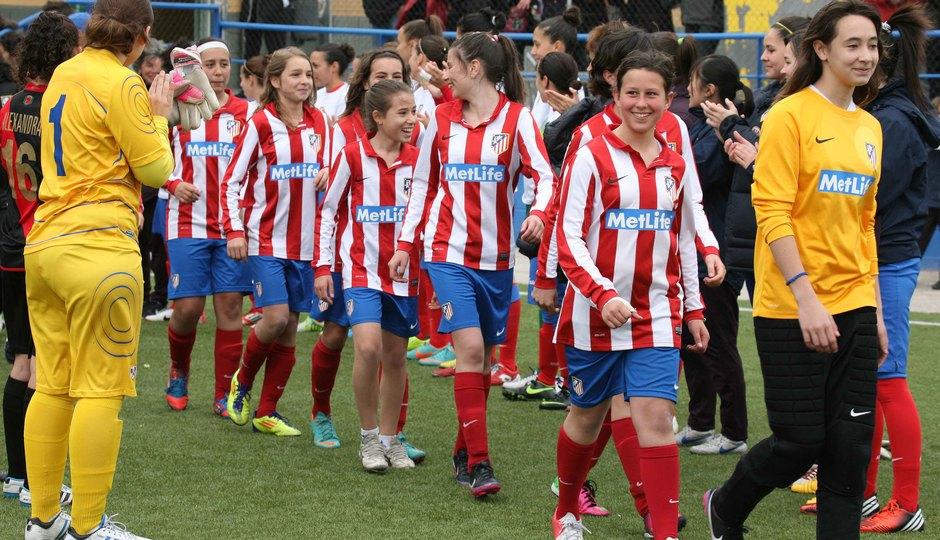 Temporada 2012-2013. Las jugadoras del primer equipo hacen el pasillo a las campeonas