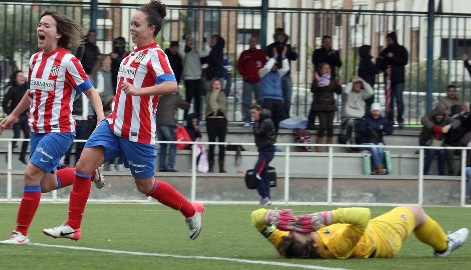 Temporada 2012-2013. Amanda y Laura corren a por el balón tras el gol del empate