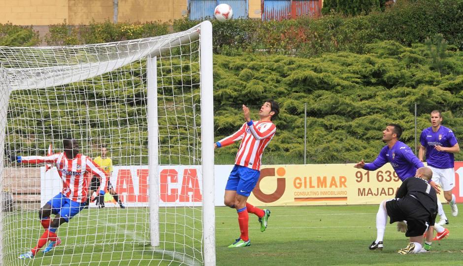 Gerard se dispone a cabecear a la red el 1-0 frente al Alcalá