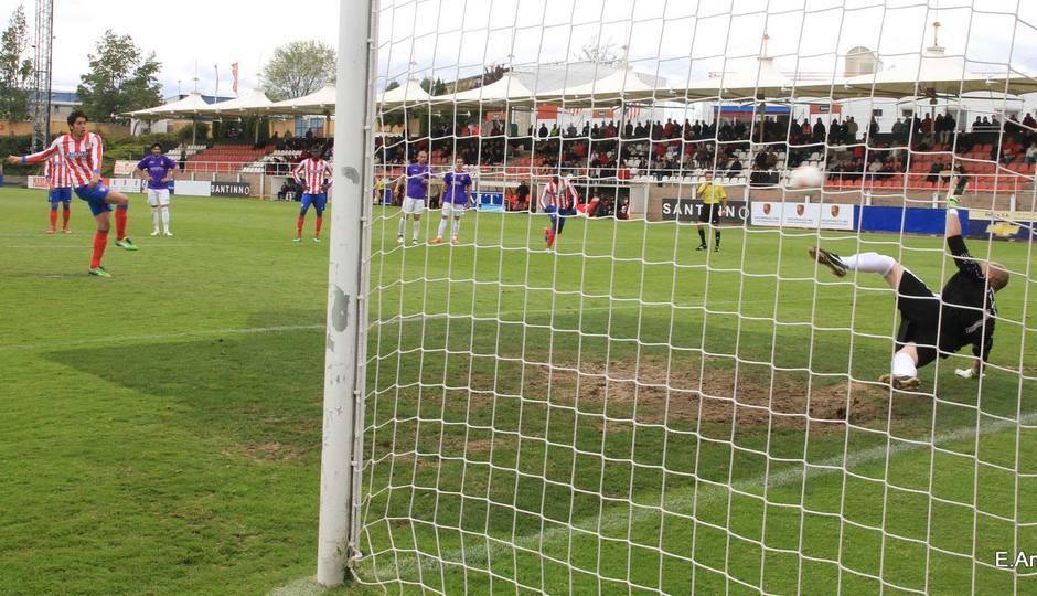 Gerard transforma el penalti que supuso el 3-0 ante el Alcalá