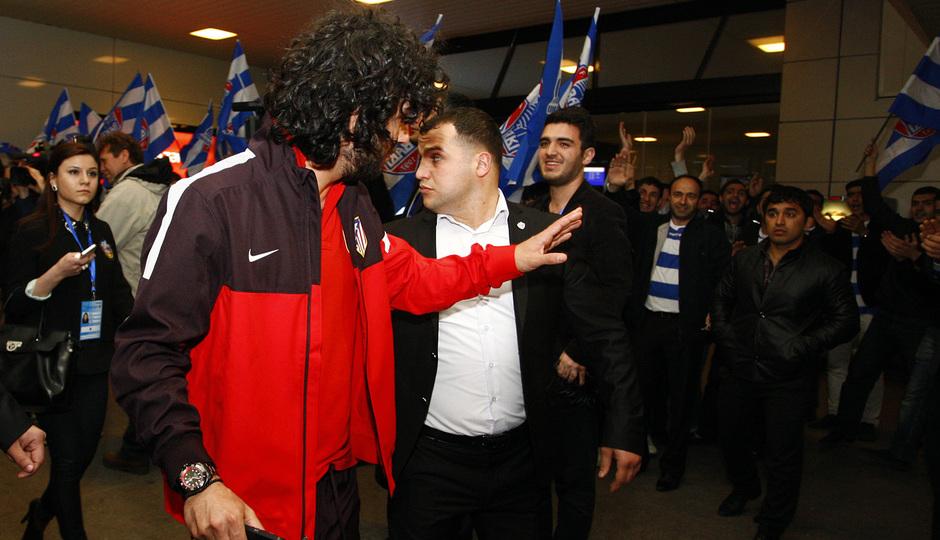 Arda Turan saluda a los aficionados locales que recibieron al equipo en el aeropuerto de Bakú