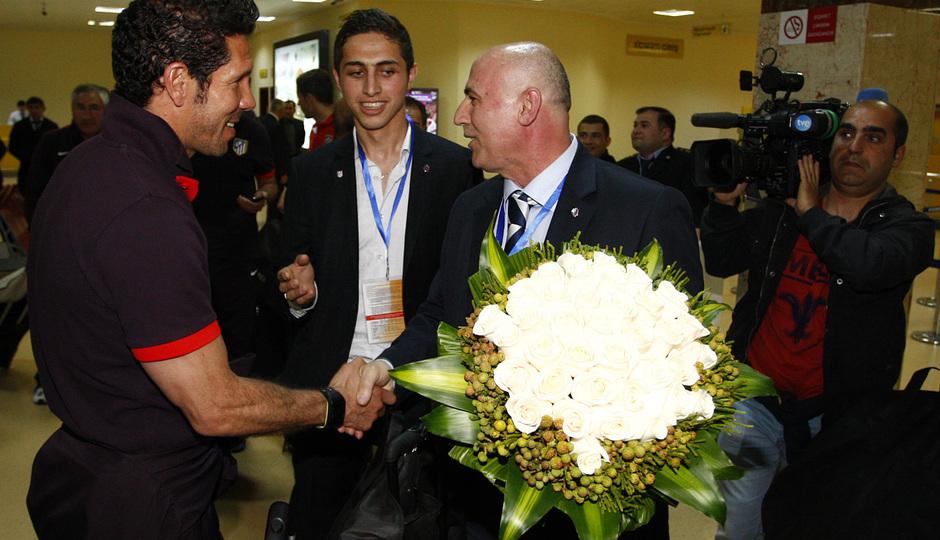 Un representante local da la bienvenida a Azerbaijan a Diego Pablo Simeone