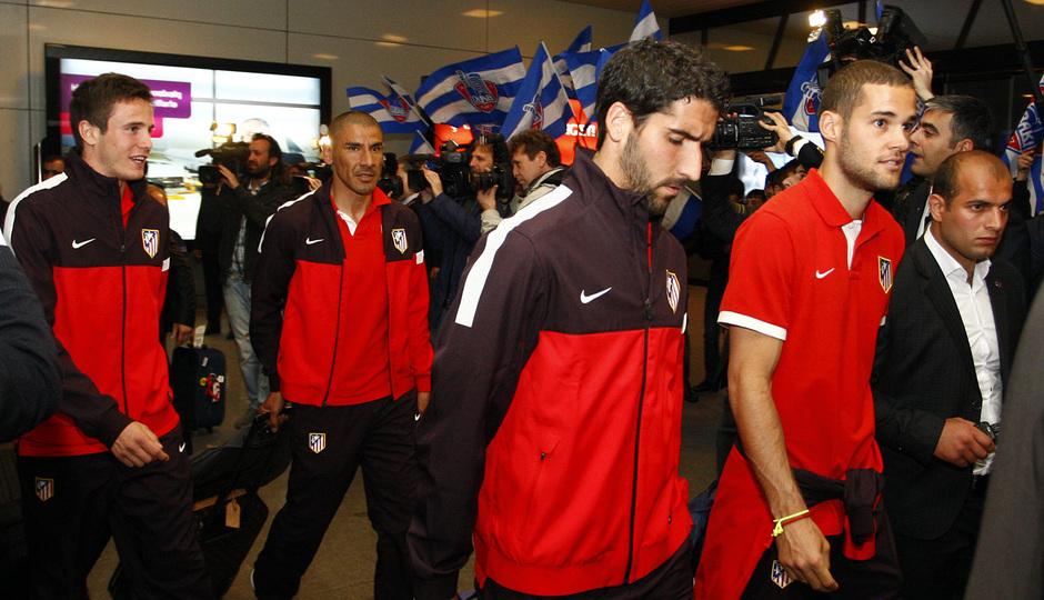 Los jugadores rojiblancos, a su llegada a la terminal del aeropuerto internacional de Bakú
