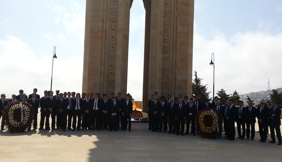 La expedición rojiblanca posa delante de la Tumba de Fuego Eterno, en Bakú (Azerbaijan)