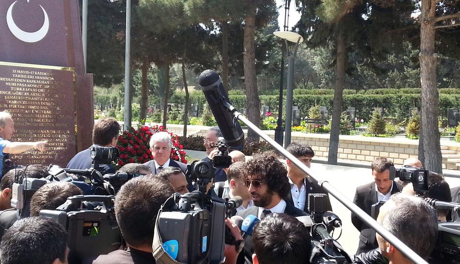 Arda Turan atiende a los medios locales en Bakú (Azerbaijan)