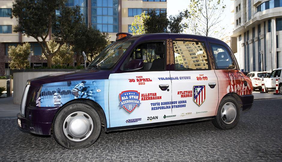 Los taxis y autobuses de la ciudad de Bakú publicitando el partido del Atlético de Madrid