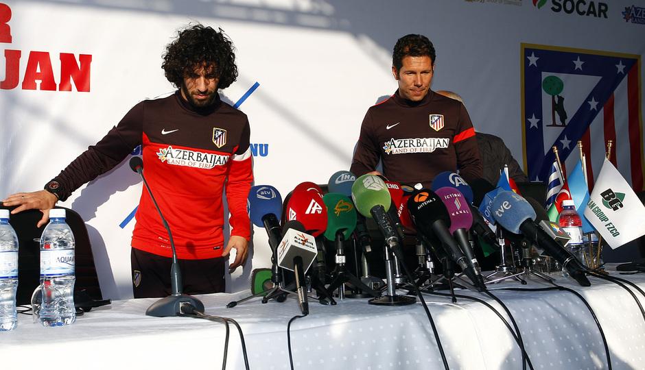 Arda y Simeone, antes de la rueda de prensa en las instalaciones del Bakú FC