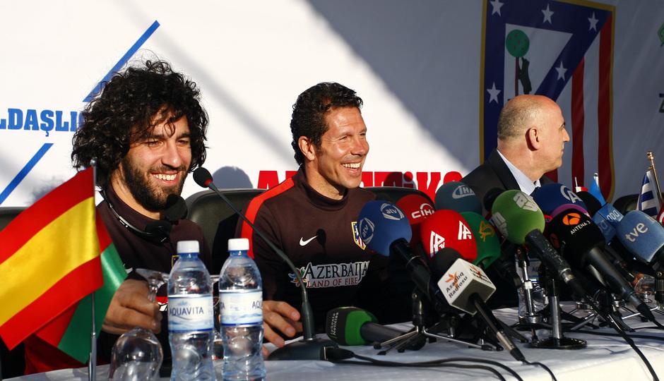 Arda y Simeone, en la rueda de prensa en las instalaciones del Bakú FC