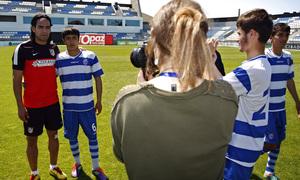 Clinic en la Ciudad Deportiva de Baku. Falcao posa con un jugador azerbayano.