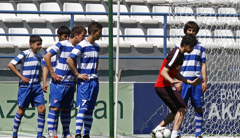 Clinic en la Ciudad Deportiva de Baku. Tiago se ejercita junto a los participantes del clinic