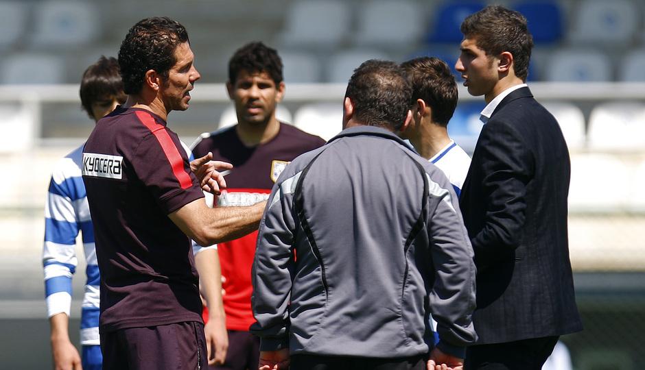 Clinic en la Ciudad Deportiva de Baku. Simeone habla con sus jugadores.
