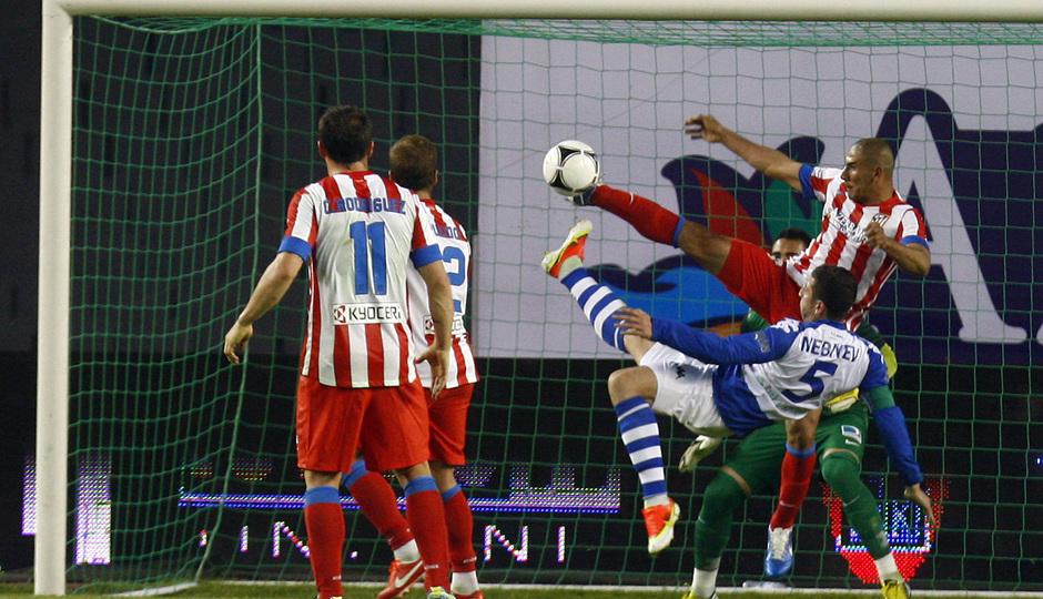 Temporada 2012-2013. Amistoso en Azerbaijan. Cata Díaz intenta el gol con un remate acrobático