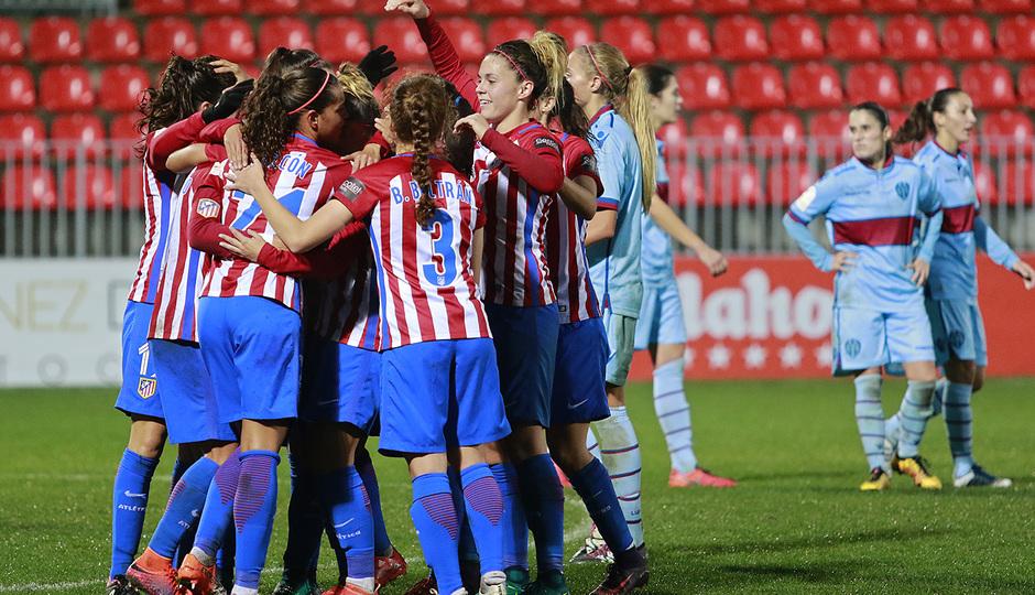 Abrazos de las jugadoras rojiblancas tras conseguir el 5-0 ante el Levante