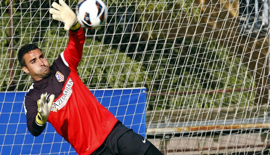 Sergio Asenjo saca la mano para rechazar un disparo en un entrenamiento