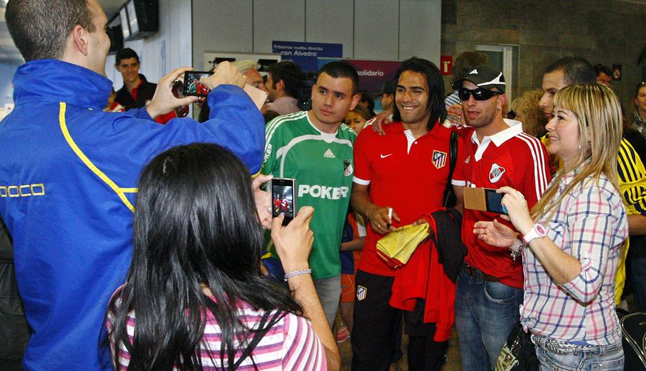 Falcao posa con aficionados a la llegada al aeropuerto de La Coruña