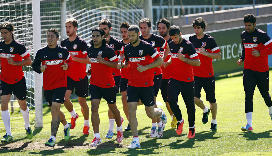 Los jugadores rojiblancos realizan carrera continua en la sesión del lunes en la Ciudad Deportiva