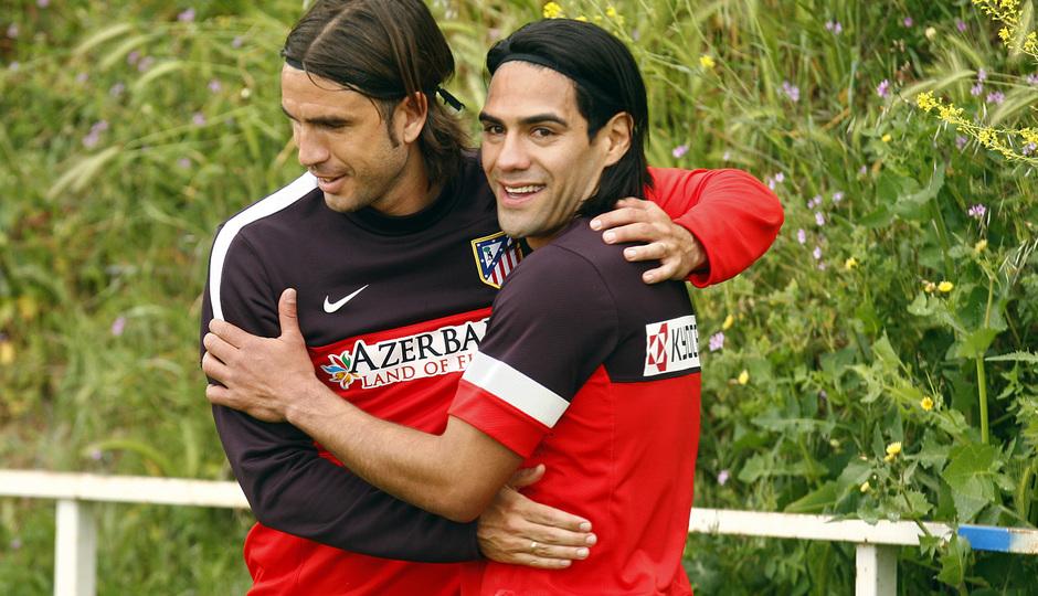 Abrazo entre Domingo Cisma y Radamel Falcao entre un entrenamiento