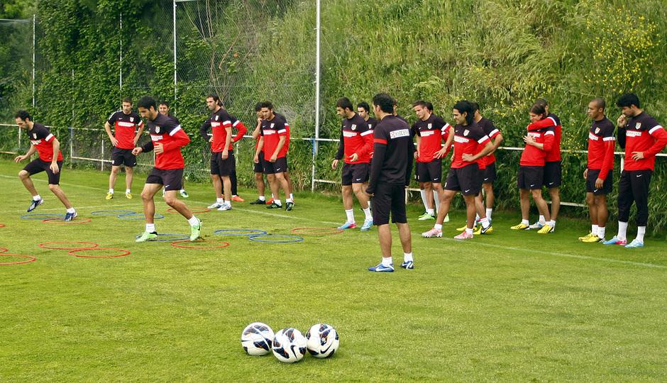 Los jugadores de la primera plantilla realizan ejercicios físicos en Majadahonda