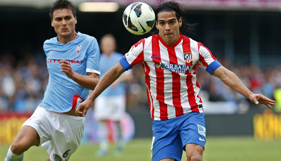 Falcao lucha por un balón en el partido ante el Celta en Vigo