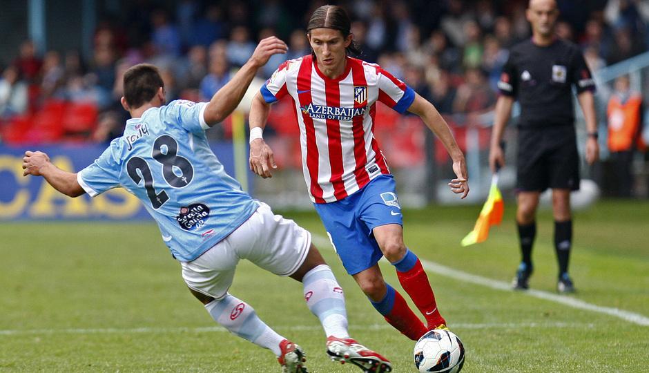 Filipe Luis regatea un jugador del Celta