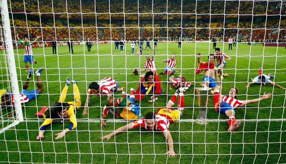 Temporada 2011-2012. Campeones de la Europa LEAGUE. El primer equipo se desliza por el césped.