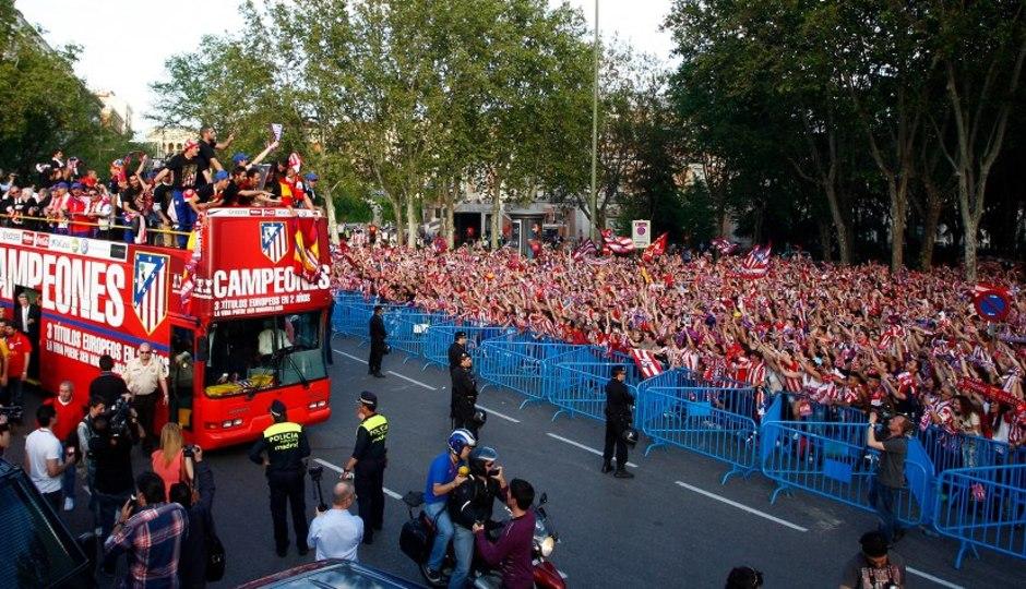 Temporada 2011-2012. Campeones de la Europa LEAGUE. El autobús circula por Madrid ante miles de aficionados atléticos.