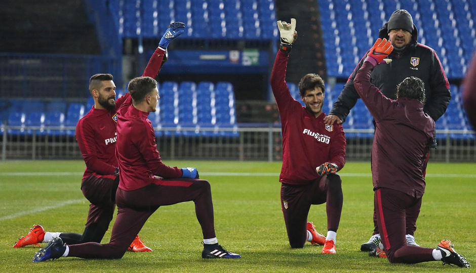 temporada 16/17. Entrenamiento en el estadio Vicente Calderón. Porteros realizando ejercicios durante el entrenamiento