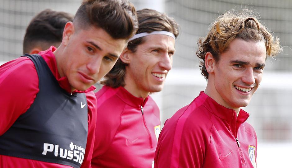 temporada 16/17. Entrenamiento en la ciudad deportiva Wanda.  Griezmann y Filipe corriendo durante el entrenamiento