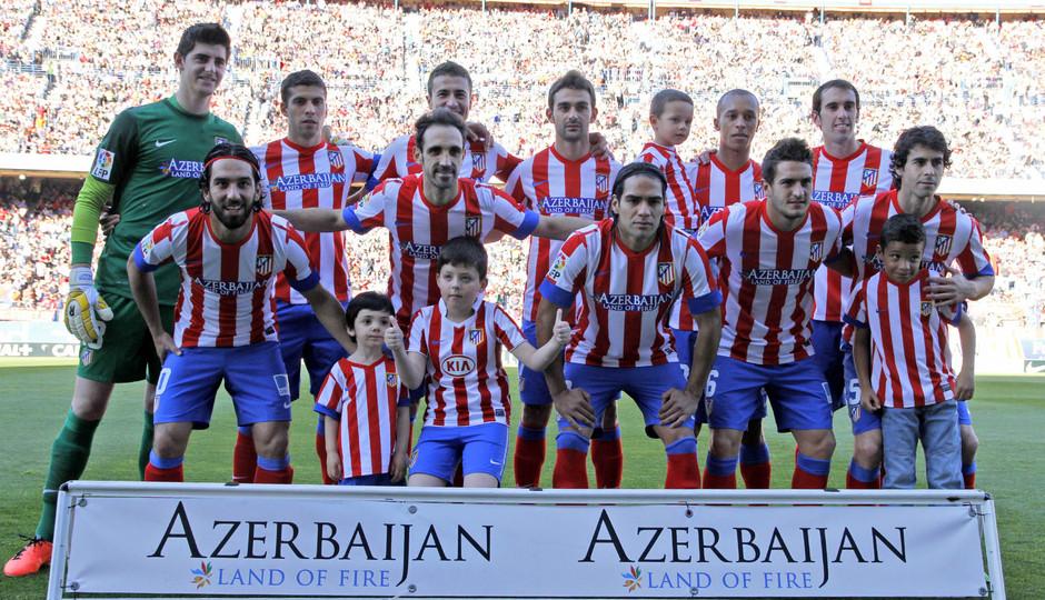 Temporada 12/13. Jornada 35. Atlético de Madrid - FC Barcelona. Los once elegidos por Simeone posan antes del comienzo del partido