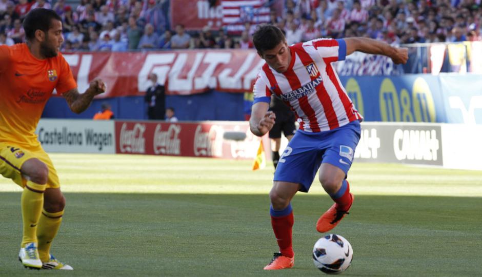 Temporada 12/13. Jornada 35. Atlético de Madrid - FC Barcelona. Insua conduce el balón sobre el verde del Vicente Calderón