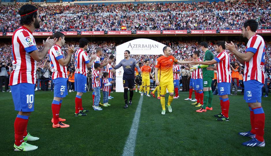 Temporada 12/13. Partido Atlético de Madrid - Barcelona. Pasillo de los jugadores atléticos al Barcelona
