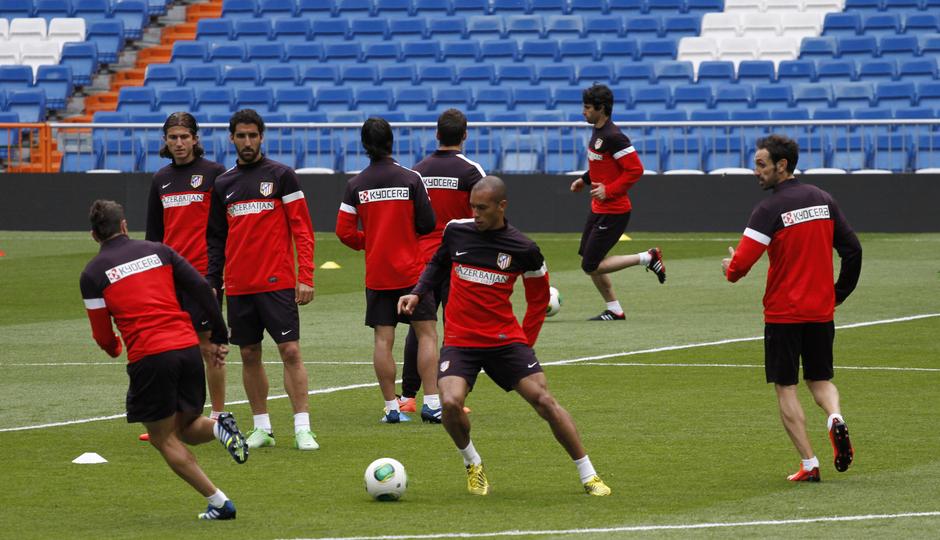 Final Copa del Rey 2012-2013. Los jugadores en el Santiago Bernabéu reunidos en torno a Simeone