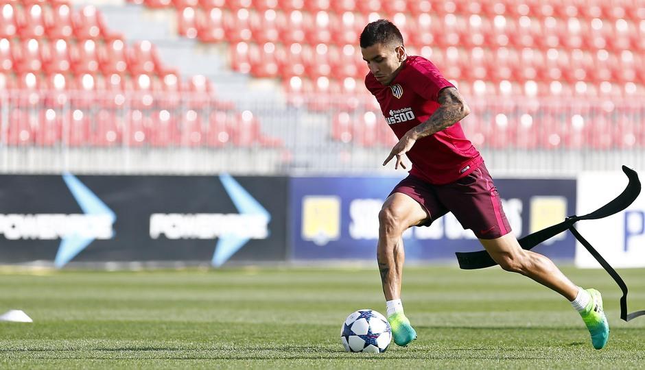 Temporada 2016-2017. Entrenamiento de la primera plantilla en la Ciudad deportiva Wanda Atlético de Madrid. 08_05_2017. Correa.