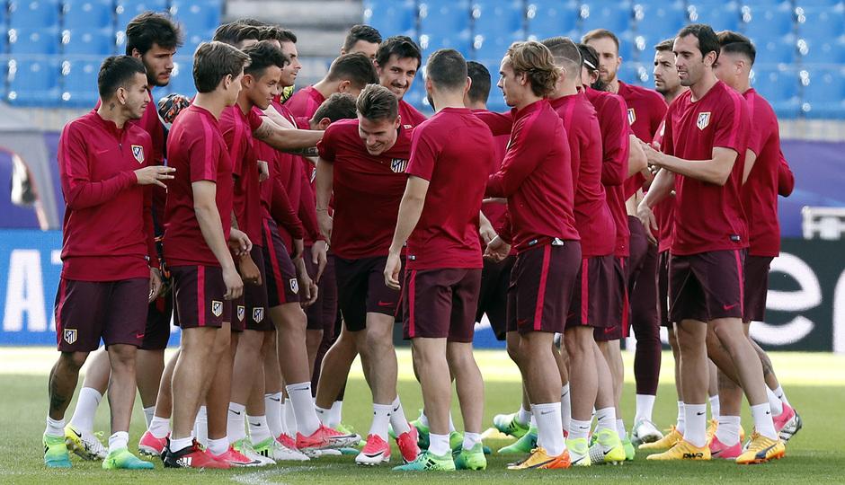 Temporada 16/17. Entrenamiento del Atlético de Madrid en el Vicente Calderón. Pasillo a Gameiro durante el entrenamiento