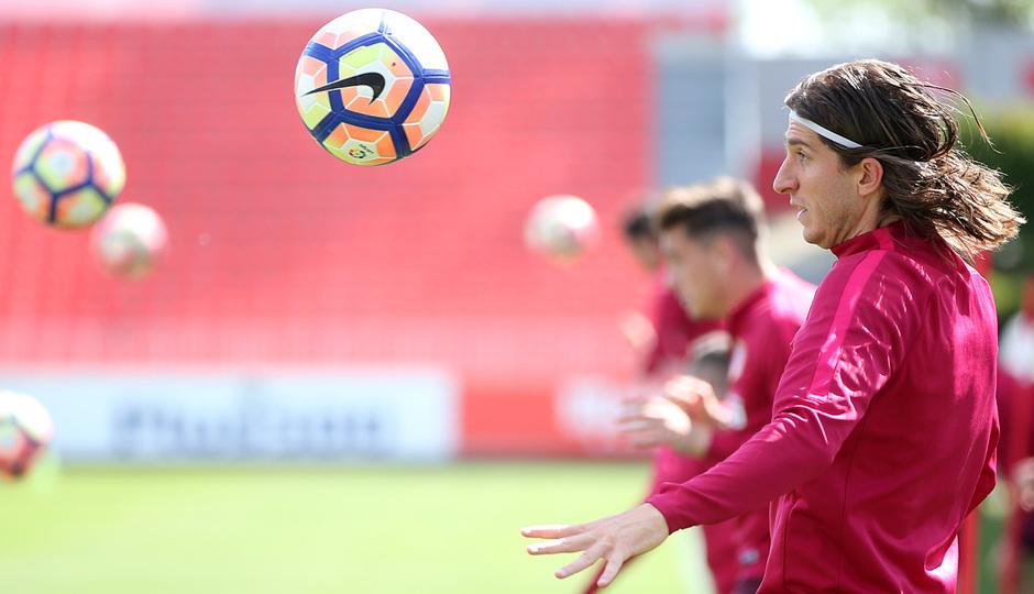 temporada 16/17. Entrenamiento en la ciudad deportiva Wanda.  Filipe realizando ejercicios con balón durante el entrenamiento