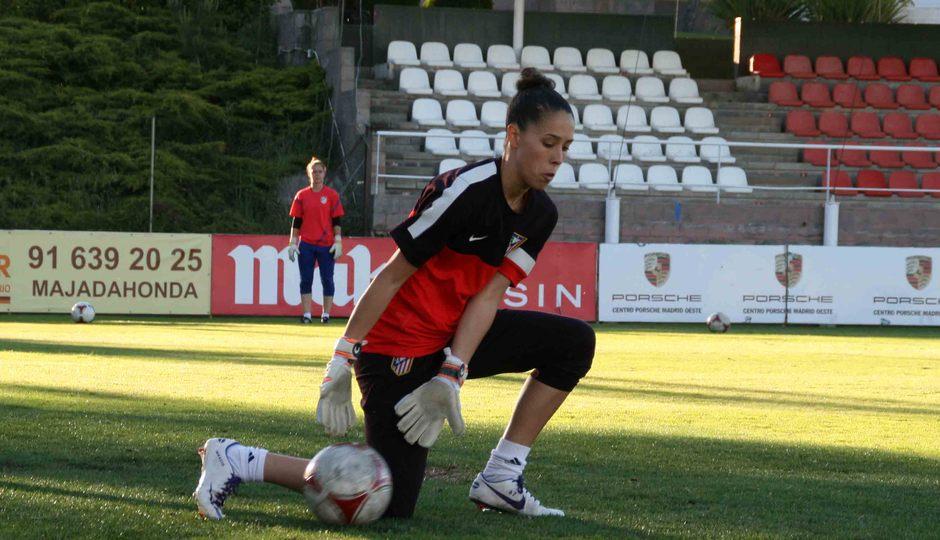 Temporada 2012-2013. Lola Gallardo detiene el esférico durante un entrenamiento