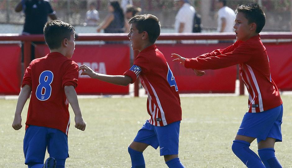 Los jugadores del Atlético de Madrid Prebenjamín celebran uno de los goles conseguidos en la final