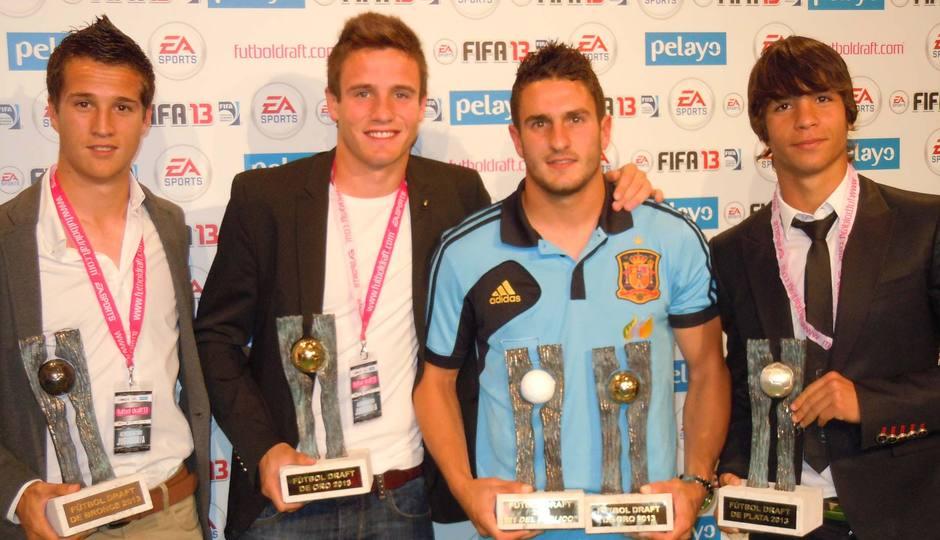 Koke, Saúl, Óliver y Manquillo posan con los trofeos Fútbol Draft13 en La Ciudad del Fútbol