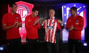 El presidente del Toluca recibe una camiseta de manos de Gabi, Koke y Godín