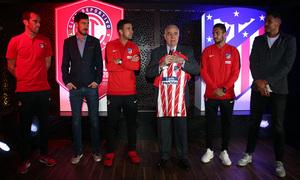 Nuestros capitanes posan con el presidente y dos jugadores del Toluca