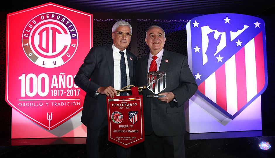 Clemente entrega al presidente del Toluca una réplica de nuestro escudo