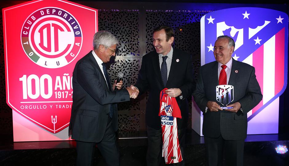 Clemente hace entrega de una camiseta al embajador español en México en presencia del presidente del Toluca