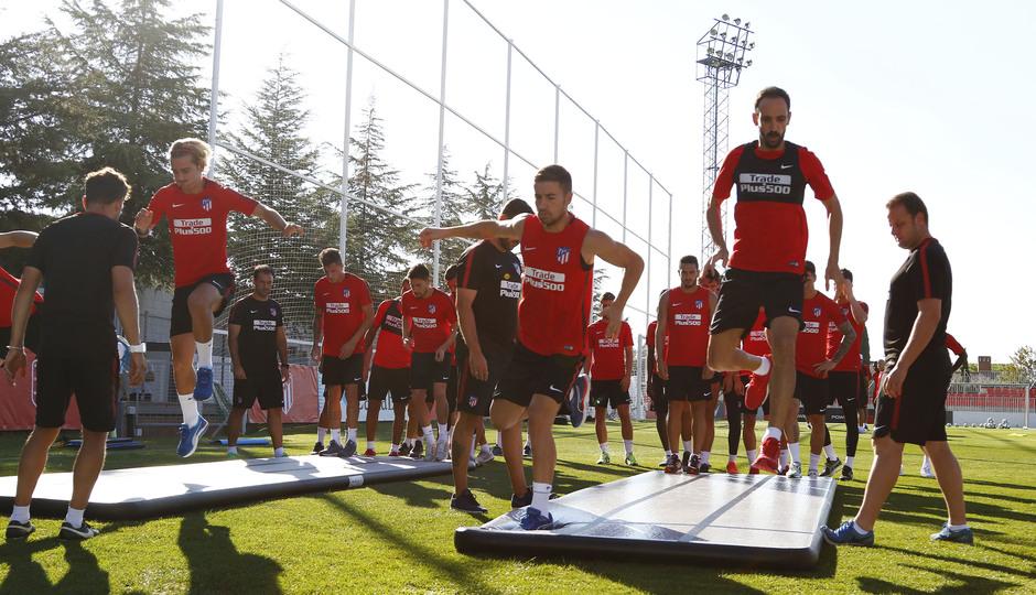 Temporada 17/18. Entrenamiento en la Ciudad Deportiva Wanda. 05_08_2017. Los jugadores realizan ejercicios de fuerza.