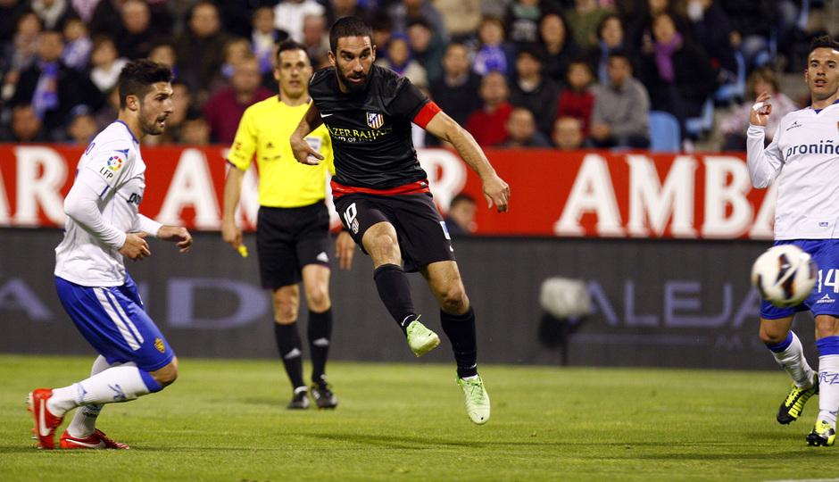 Temporada 12/13. Real Zaragoza - Atlético de Madrid. Arda Turan chuta a portería ante la mirada de varios jugadores rivales.
