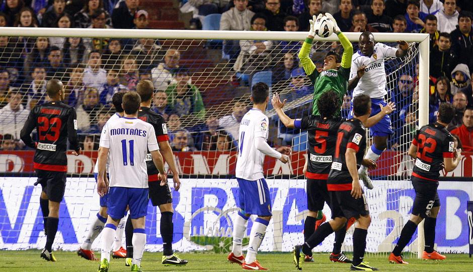 Temporada 12/13. Real Zaragoza - Atlético de Madrid. Thibaut Courtois detiene un balón.