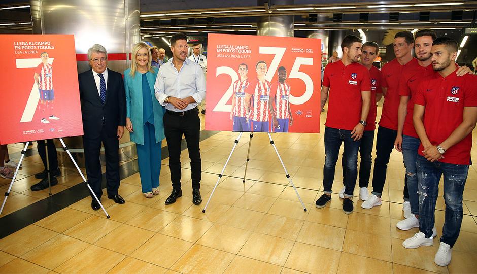 Foto de familia con los carteles que promocionan la llegada al Wanda Metropolitano a través de las líneas 2, 5 y 7 de metro